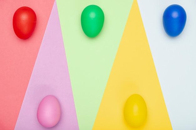 Huevos coloridos pintados en la mesa