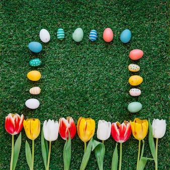 Huevos coloridos y tulipanes en la composición