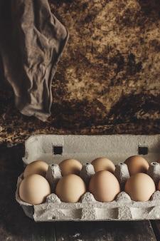 Huevos crudos en una caja de cartón