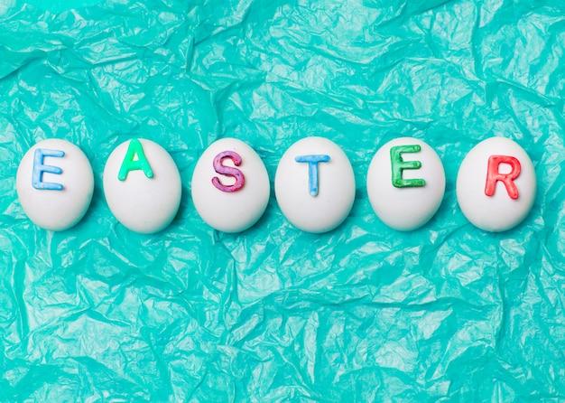 Huevos decorados con letras de pascua en fila.