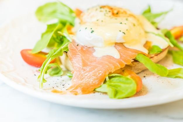 Huevos escalfados con salmón y ensalada de cohetes.