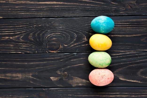 Huevos de éster sobre fondo oscuro