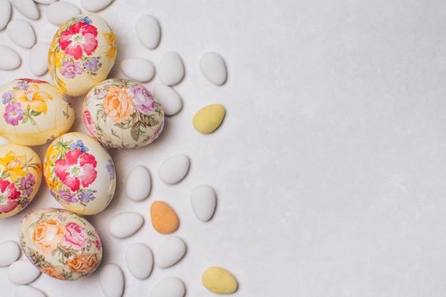 Huevos de flor decoupaged y grageas.