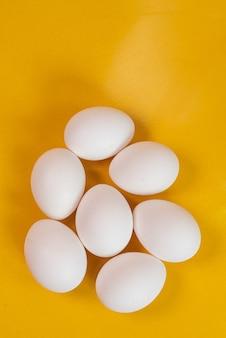 Huevos en el fondo amarillo