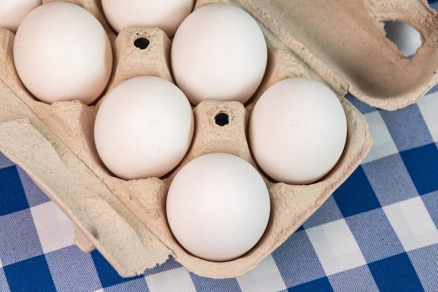 Huevos en el fondo azul