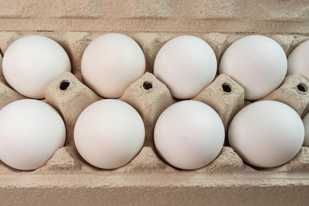 Huevos en el fondo marrón