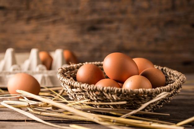 Huevos en el fondo de la mesa de madera