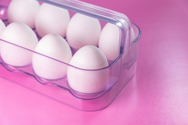 Huevos en el fondo rosa