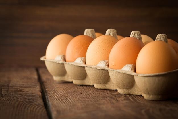 Huevos frescos en fondo dack-3