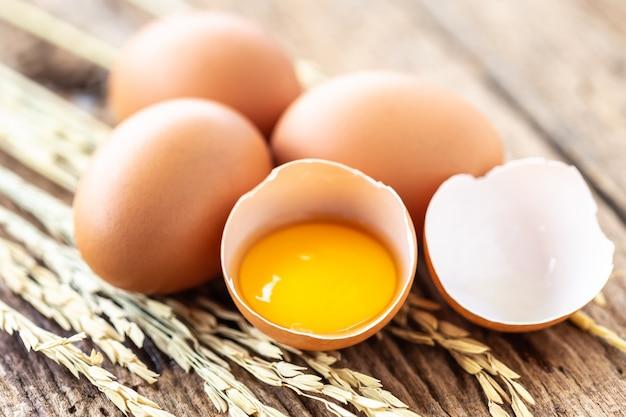 Huevos frescos en la mesa de madera para el concepto de comida