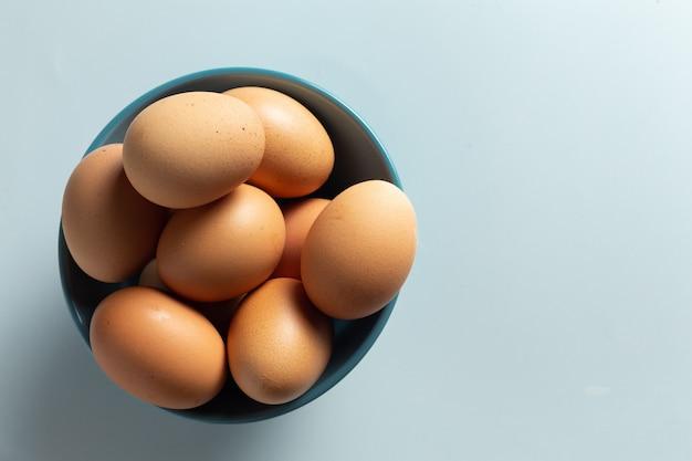 Huevos frescos en un tazón.