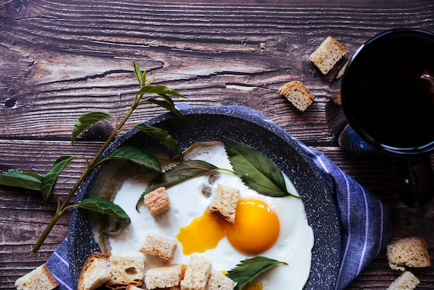 Huevos frescos y té de desayuno.