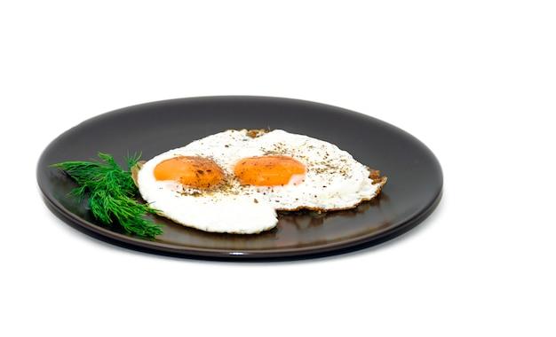 Huevos fritos en el plato
