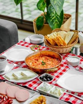 Huevos fritos con tomate y vegetación