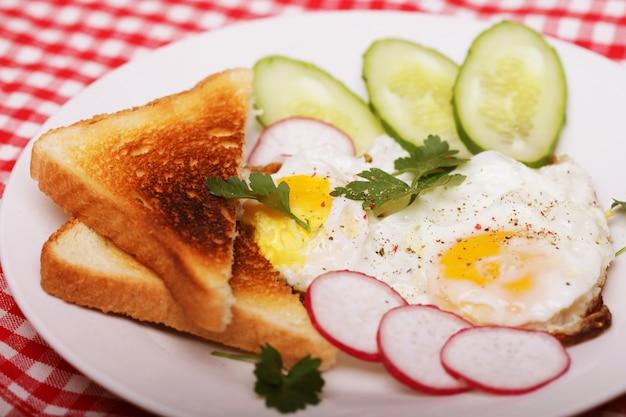 Huevos fritos y tostadas - excelente desayuno
