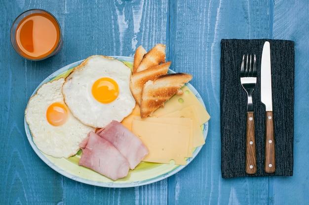 Huevos fritos con tostadas de jamón y queso