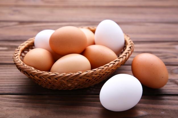 Huevos de gallina en canasta