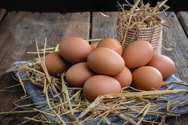 Huevos de gallina colocados sobre una pajita