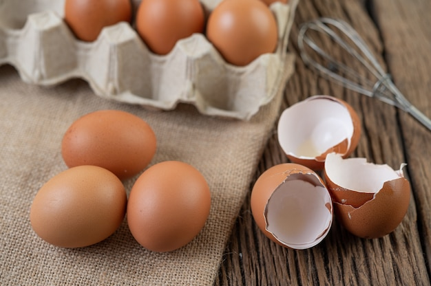Huevos de gallina cruda comida orgánica para una buena salud alta en proteínas.