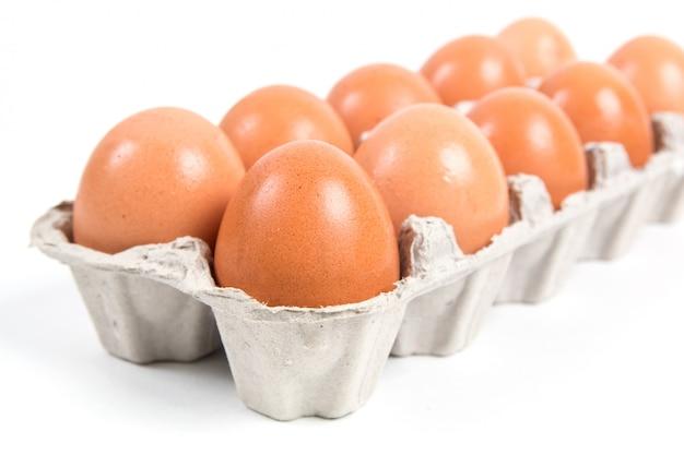 Huevos de gallina crudos en una caja