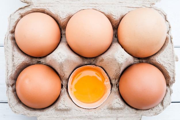 Huevos de gallina ecológicos de la granja