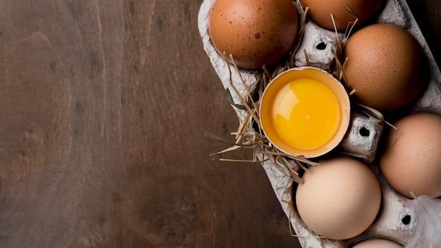 Huevos de gallina frescos de primer plano