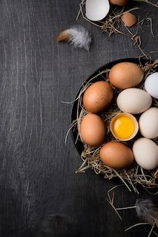 Huevos de gallina frescos de vista superior