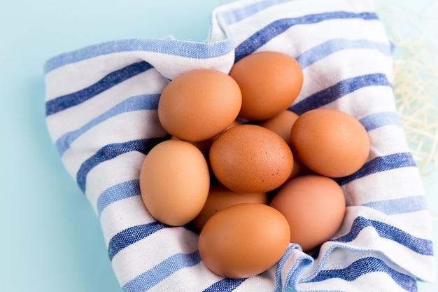 Huevos de gallina marrón con tela rústica