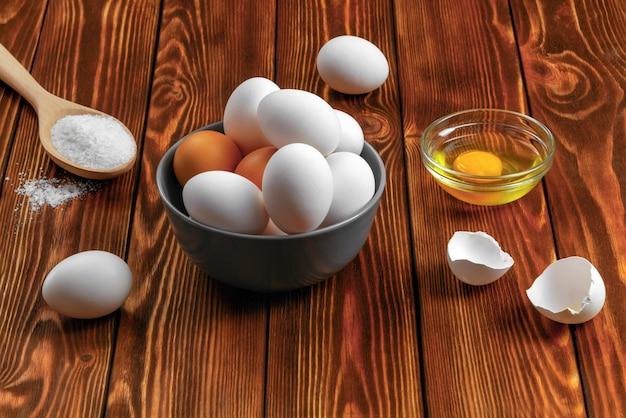 Huevos de gallina en una mesa rústica de madera. comida sana. comida dietetica.