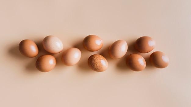 Huevos de gallina en la mesa