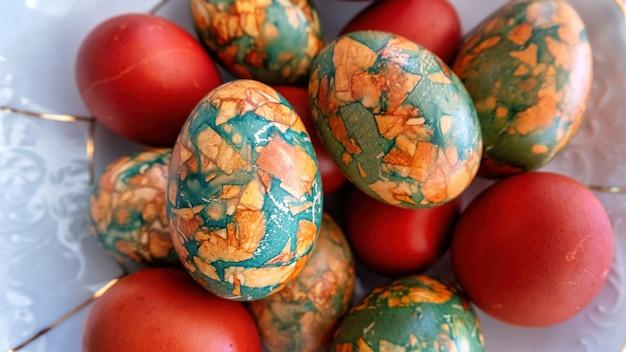 Huevos de gallina pintados en un plato