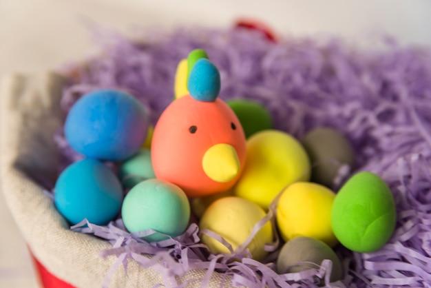 Huevos de gallo en nido de oropel