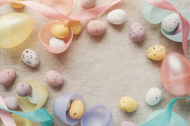 Huevos manchados de pascua para el fondo de los niños