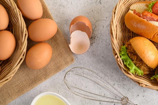 Huevos marrones frescos y productos de panadería