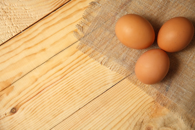 Huevos marrones orgánicos crudos