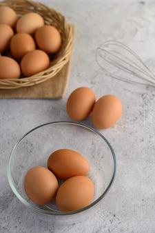 Huevos marrones y tazón de vidrio