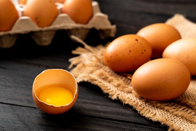 Huevos marrones con una yema rota y yema de huevo