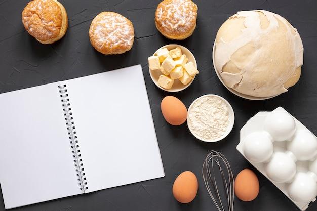 Huevos de masa y un cuaderno