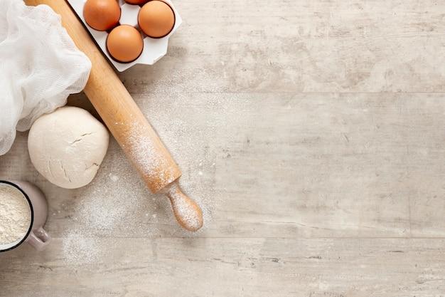 Huevos de masa y rodillo de cocina con espacio de copia