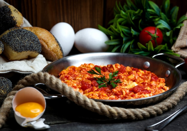 Huevos nacionales azeríes con tomate