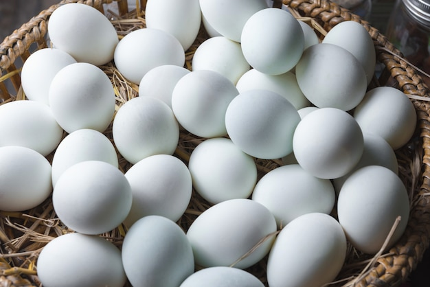 Huevos en el nido en una cesta de madera.
