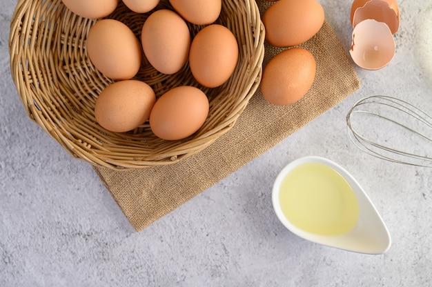 Huevos orgánicos y aceite preparando comida cocina