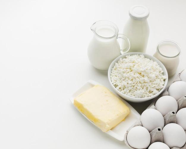 Huevos orgánicos y leche fresca con espacio de copia
