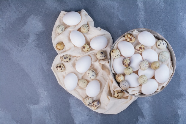Huevos orgánicos en un pedazo de toalla de cocina