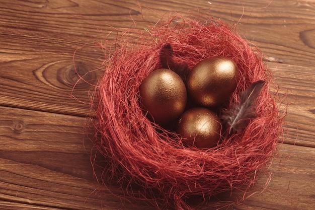 Huevos de oro en mesa de madera
