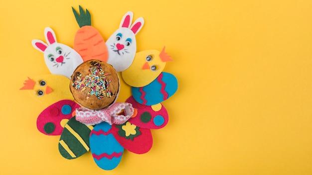 Huevos de papel de colores con pastel de pascua