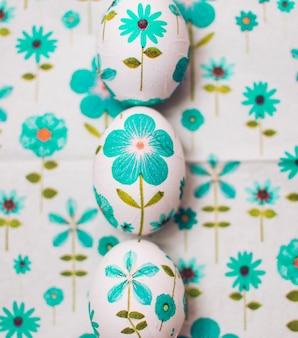 Huevos de pascua adornados en fila