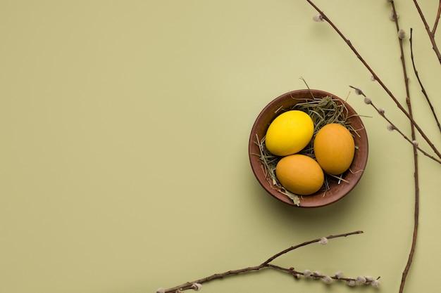 Huevos de pascua amarillos en un tazón