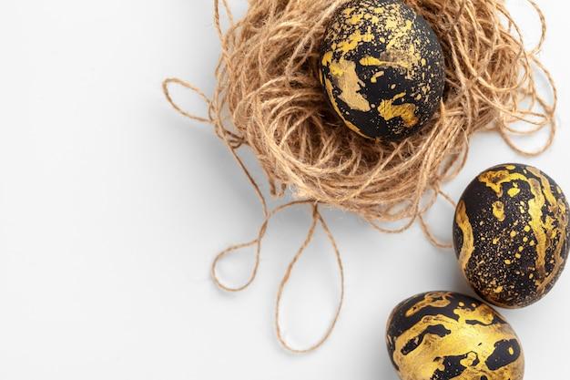 Huevos de pascua artesanales aislados en un blanco