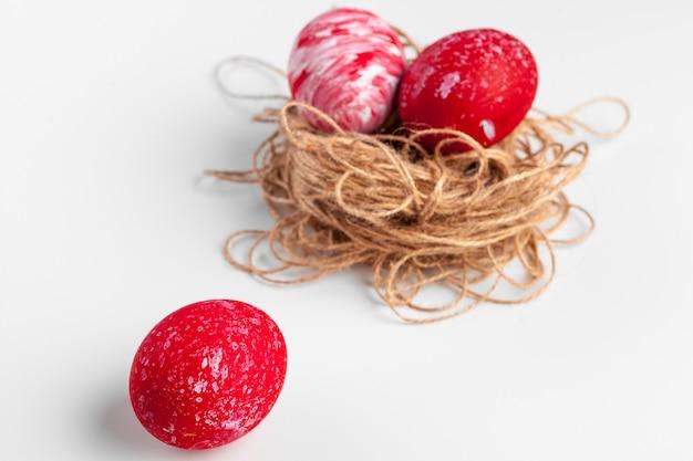 Huevos de pascua artesanales aislados